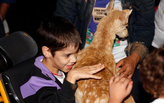 Crianças com deficiência participam de visitação ao Zoológico de Brasília onde tem a oportunidade de tocar em animais empalhados