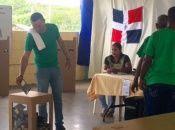 En la imagen de archivo, un ciudadano emite su voto durante las elecciones generales de la República Dominicana en 2016.