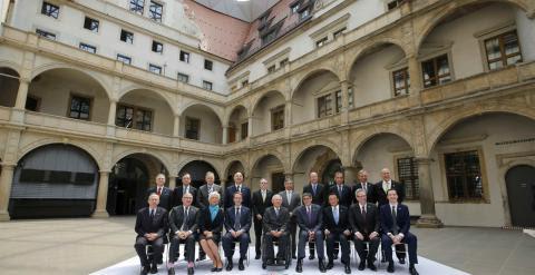 Foto de familia de los ministros de Finanzas y de los gobernadores de los bancos centrales de los países del G-7, junto con la directora del FMI, el presidente del BCE y el secretario general de la OCDE. REUTERS/Fabrizio Bensch