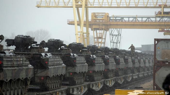 Soldier standing on top of a row of infantry combat vehicles (picture alliance/dpa/M. Kul)