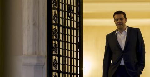 El primer ministro griego, Alexis Tsipras, abandona su residencia oficial tras el consejo de ministros extraordinario en el que se decidió la convocatoria de un referendum sobre el rescate. REUTERS/Marko Djurica