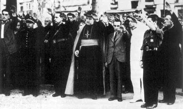 El obispo de Málaga hace el saludo fascista tras la entrada de las tropas franquistas en la ciudad.