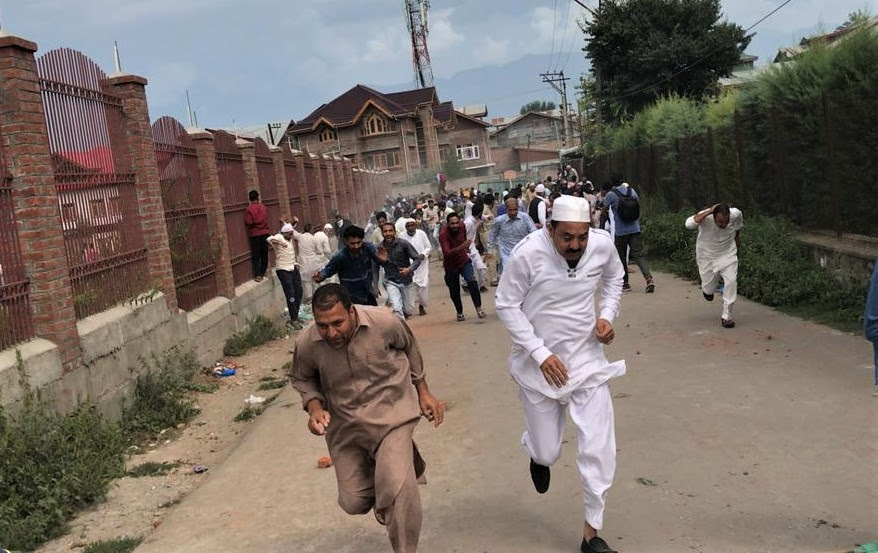 Protestors flee police tear gas directed at Kashmiris protesting India's revocation of Jammu and Kashmir state's special status in August 2019. (Morning Star News)