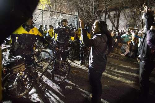 En imagen del pasado miércoles, Jeremiah Ellison, hijo del congresista Keith Ellison, confronta a oficiales durante una protesta frente al Departamento de Policía de Minneápolis por la muerte a tiros de Jamal Clark a manos de un agente policiaco el domingo pasado. Foto: AP