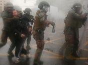 Elementos de Carabineros arrestan a un hombre durante una protesta en contra del Gobierno chileno.