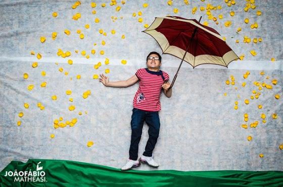 Vivi debaixo de uma chuva de pétalas de flores
