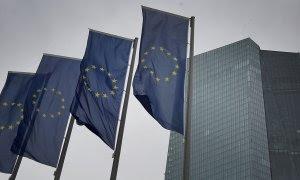 Banderas de la UE delante del edifio de la sede del BCE en Fráncfort. AFP/Daniel Roland