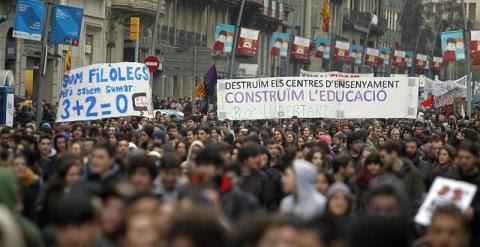 Unos 2.000 estudiantes universitarios y de Secundaria se han manifestado este mediodía por el centro de Barcelona en protesta por la nueva normativa que reduce la duración de los grados a tres años, pero impone uno o dos de máster en determinadas carrera