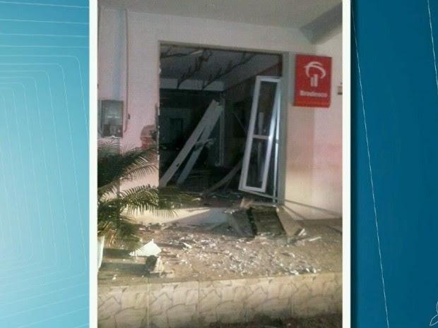 Grupo explodiu o banco durante a madrugada (Foto: TV Verdes Mares/Reprodução)