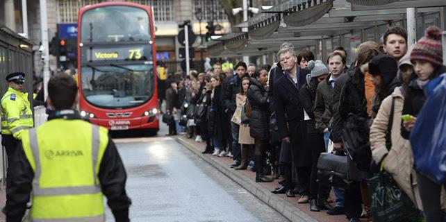 Una multitud de viajeros espera para coger el autobús en la estación londinense de Victoria.