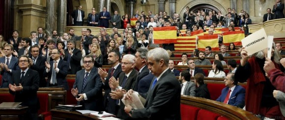 Catalan acting President Artur Mas (L) applauds while Catalonia's regional government reacts after voting in favor of a resolution to split from Spain at Parlament de Catalunya in Barcelona, Spain, November 9, 2015. The declaration on secession, the first step which pro-independence parties hope will lead to the northeastern region splitting from Spain within 18 months, was backed by a majority in the regional parliament. REUTERS/Albert Gea