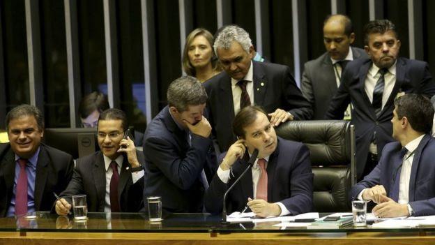 Líder do governo na Câmara, delegado Waldir fala com o presidente da Casa, Rodrigo Maia