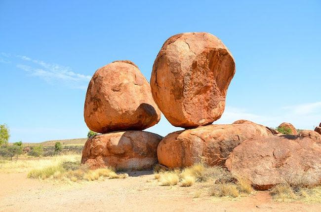 Đá chồng: Địa điểm khá hẻo lánh và kỳ dị này được coi là địa điểm tôn giáo cổ nhất trên thế giới. Đá chồng là những hòn đá tròn, xếp chồng lên nhau, có thể được tìm thấy trong sa mạc ở giữa Alice Springs và Darwin. Các tảng đá granite khổng lồ nằm rải rác khắp một thung lũng lớn, nhiều tảng đứng cân bằng bên nhau như có một thế lực siêu nhiên đã sắp xếp chúng vậy.