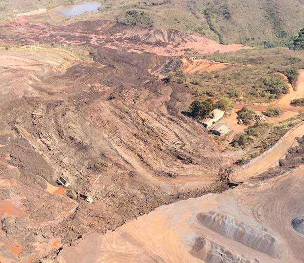 Na imagem é possível ver dois caminhões tombados na área onde houve deslocamento de terra (Batalhão de Operações Aéreas do Corpo de Bombeiros de Minas Gerais )