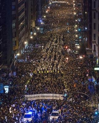 Vista aérea de la manifestación silenciosa hoy en Bilbao.-EFE