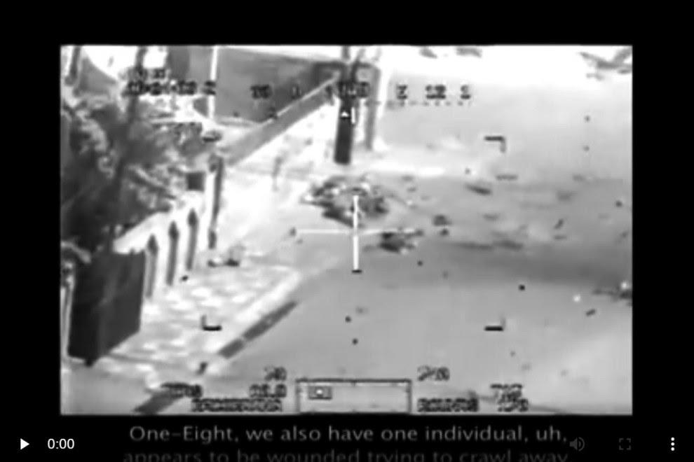 """Captura de pantalla del vídeo """"Collateral Murder"""". El tripulante del helicóptero dice: """"Uno-Ocho, también tenemos un individuo que, uh, parece estar herido e intenta huir a rastras"""". Recibirá orden de disparar."""