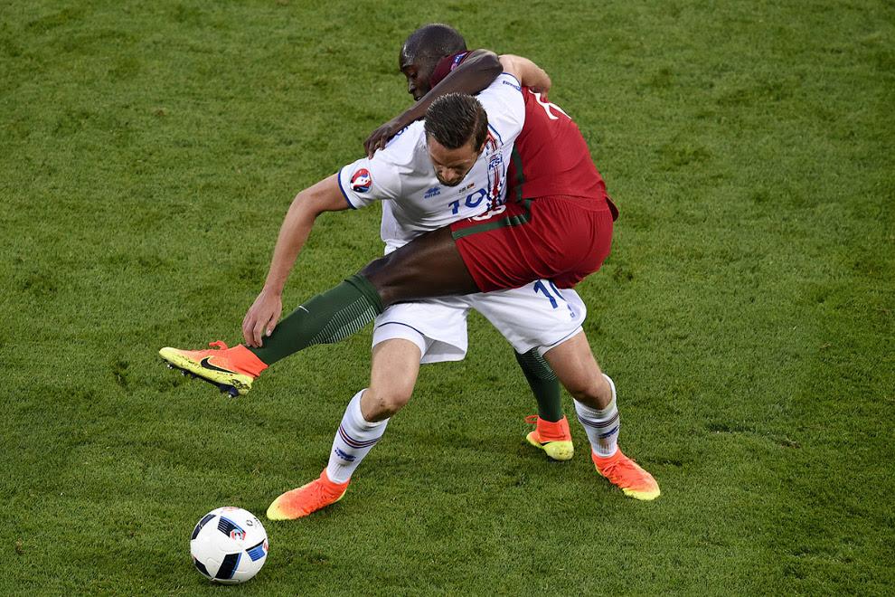 Акробаты на матче Исландия-Португалия