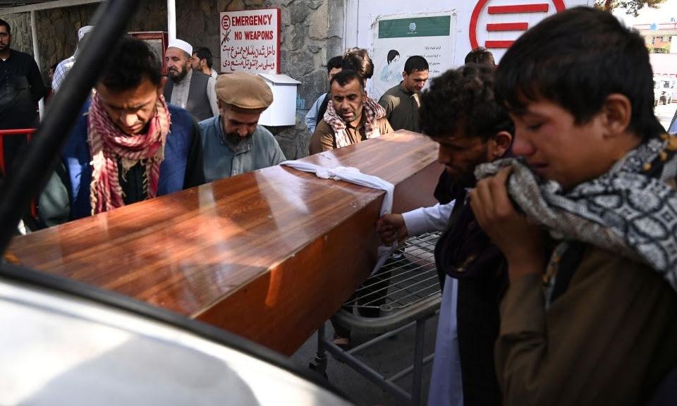 Người thân khiêng linh cữu nạn nhân vụ đánh bom tại sân bay ở Kabul lên xe ngày 26/8. Ảnh: AFP.