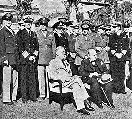 Zittend: president Roosevelt, eerste minister Churchill. Staand eerste rij, links naar rechts: generaal Arnold, admiraal King, generaal Marshall, admiraal Pound, luchtmaarschalk Portal, generaal Alan Brooke, veldmaarschalk Dill en admiraal Mountbatten.