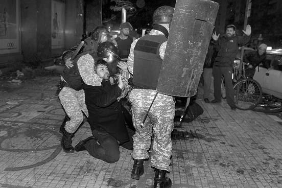 Operativo policial, anoche, durante el desalojo del Codicen. Foto: Santiago Mazzarovich