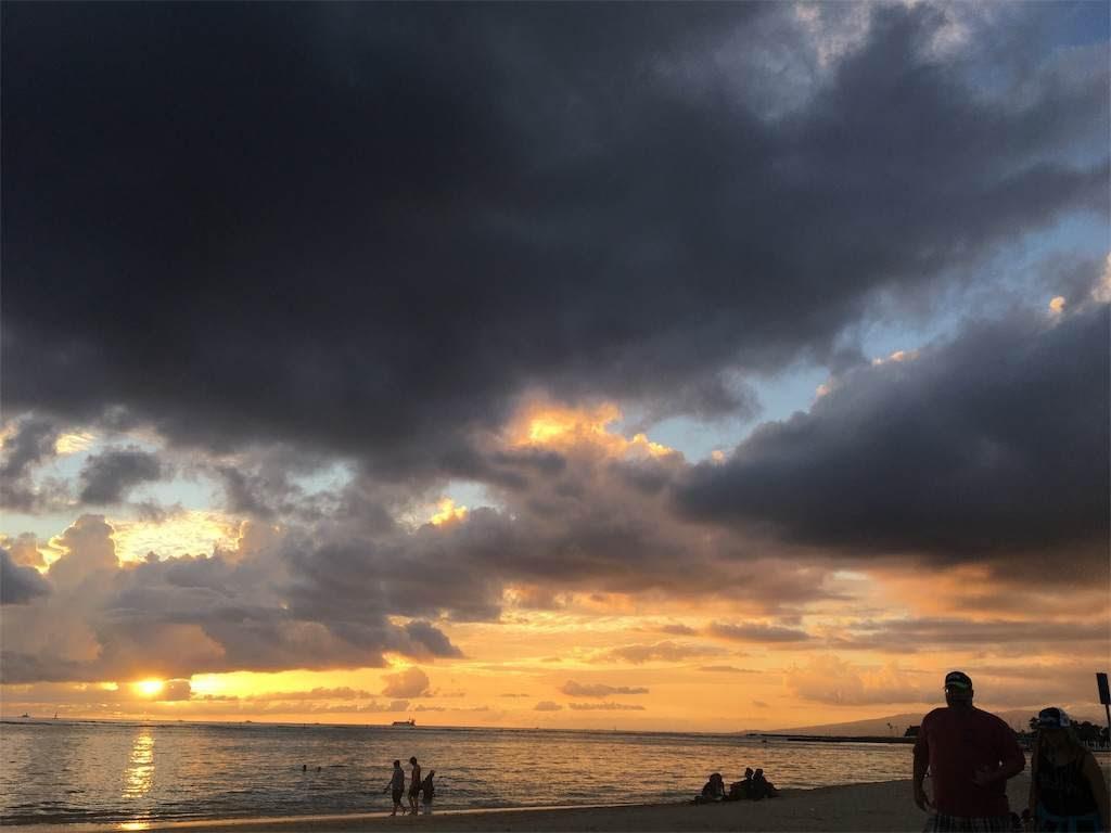 オアフ島の夕焼け。真っ黒な雲の向こうオニ燃えるような夕陽が。