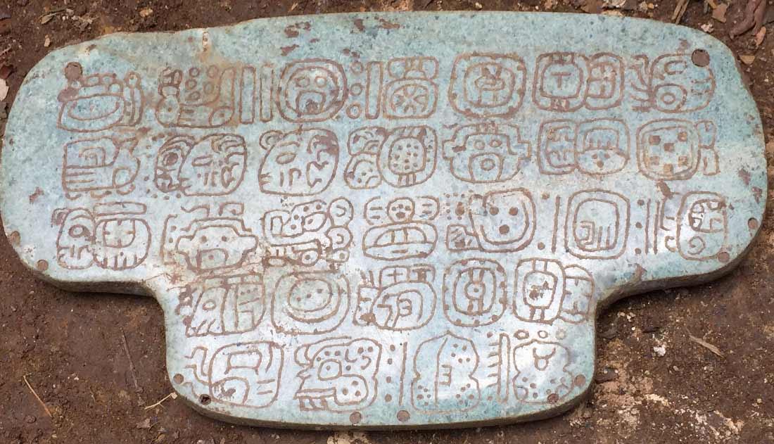 El aspecto más importante de la joya, dice Braswell, es un texto histórico de 30 jeroglíficos en su parte posterior, un mensaje privado visto por el rey que la portaba.