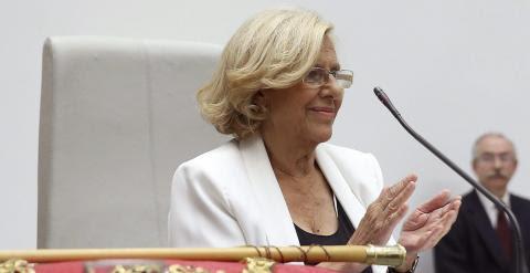 Manuela Carmena, cabeza de lista de Ahora Madrid al Ayuntamiento de la capital de España, aplaude tras haber sido proclamada nueva alcaldesa de la ciudad. EFE/Chema Moya
