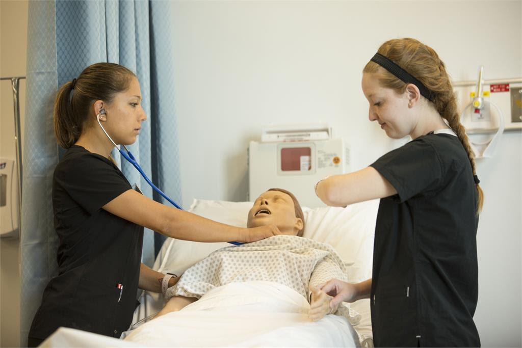 nursing-students-in-lab