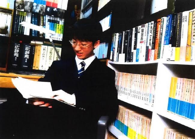 書斎で読書する著者