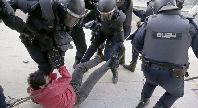 Carga policial durante la protesta.