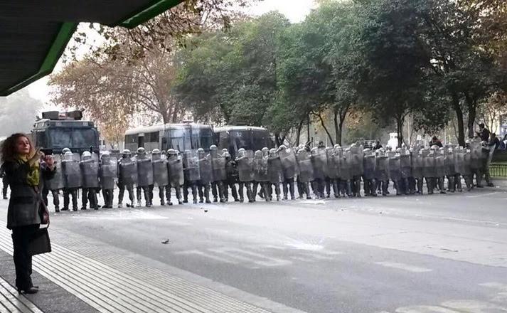Carabineros llegaron a los lugares por donde pasaría la marcha para impedir que los jóvenes avancen.