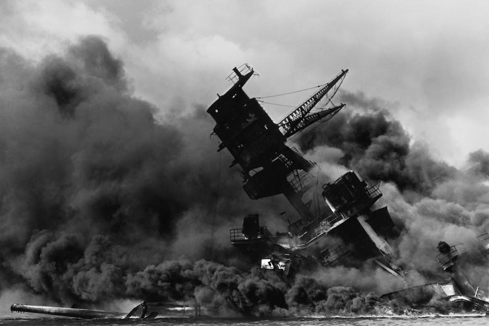 El acorazado USS Arizona se hunde durante el ataque japonés a la base estadounidense de Pearl Harbor, el 7 de diciembre de 1941.