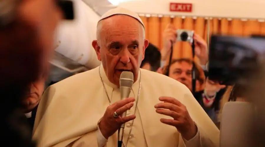 ¿La Iglesia debe pedir perdón a los gays? No solo a ellos, responde el Papa Francisco