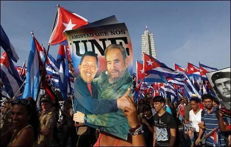 Miles de personas participan con pancartas y afiches hoy, jueves 1 de mayo de 2014, en el desfile por el Día Internacional de los Trabajadores en la Plaza de la Revolución de La Habana (Cuba).