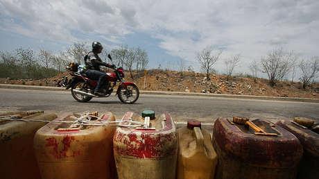 Recipientes con combustible al lado de una carretera del estado de Táchira, Venezuela, el 22 de mayo de 2014.