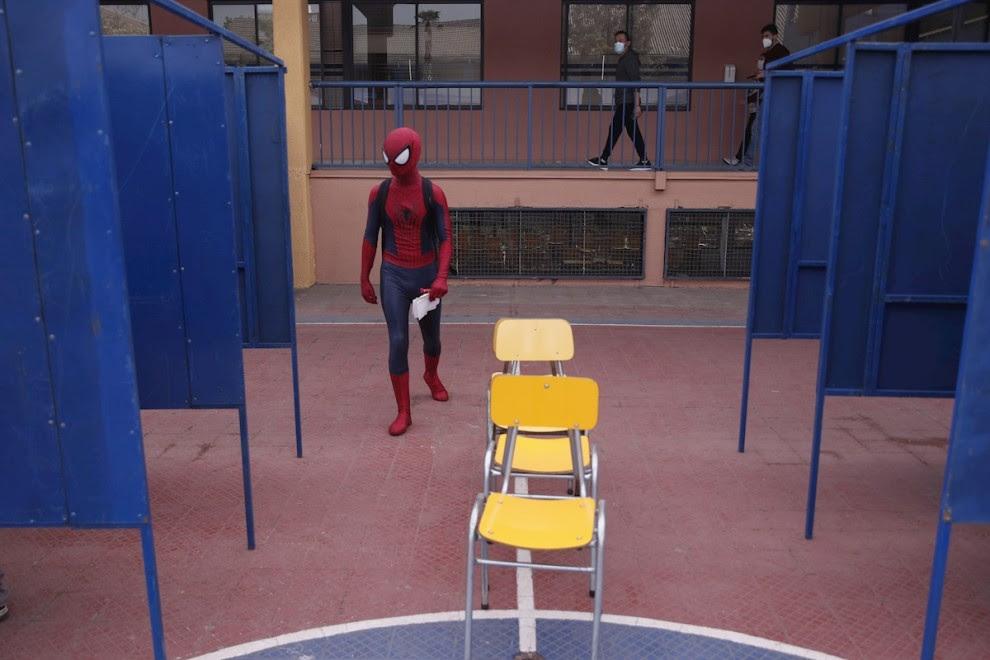 Una persona disfrazada de SpiderMan vota en un puesto de votación durante las elecciones locales y constituyentes, en el Colegio Universitario El Salvador, en la comuna de Nuñoa, en Santiago de Chile. EFE/ Alberto Valdés