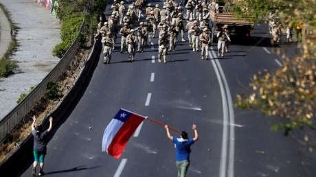 Soldados y civiles durante una protesta en Santiago, Chile, el 20 de octubre de 2019.