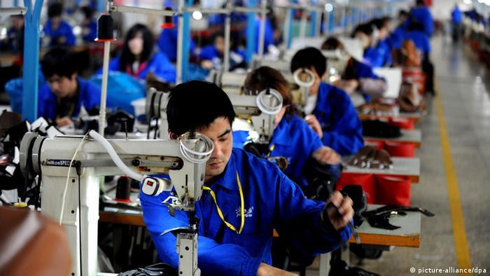Trabalhadores em linha de produção têxtil na China. Lei visa assegurar remuneração justa, padrões ambientais, proteção às crianças e impedir trabalhos forçados