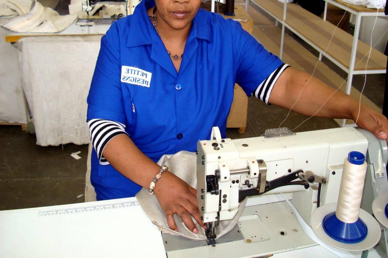 mujer-cosiendo-fabrica-mala-hora-empleo-Paula-Herrera-1170x780
