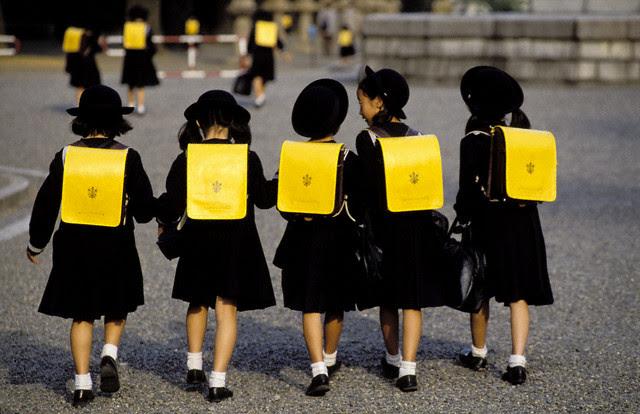 Học sinh đến trường ở Tokyo. Ảnh internet