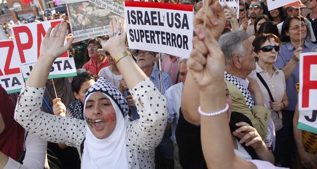 Una joven protesta frente a la embajada israelí en Madrid contra los ataques en Gaza.