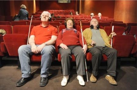 A audiodescrição é a maneira de como as pessoas com deficiência visual conseguem ver através de palavras