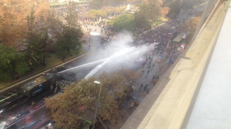 Usuarios de las redes sociales reportan que las fuerzas policiales comenzaron su agresión contra los estudiantes que marchaban de manera pacífica.