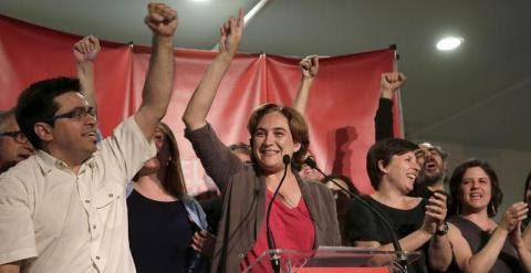 Ada Colau, Gerardo Pisarello y los otros dirigentes de Barcelona en Comú celebran su victoria en las municipales de Barcelona. ALBERTO ESTÉVEZ / EFE