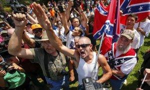 Partidarios de Trump (y del Ku Klux Klan) gritan a manifestantes opositores durante un mitin en Columbia, Carolina del Sur.- REUTERS