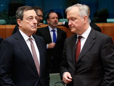 El presdiente del Banco Central Europeo, Mario Dragui (izq), junto al vicepresidente económico de la Comisión Europea, Olli Rehn (der), durante el Eurogrupo de este lunes en Bruselas.