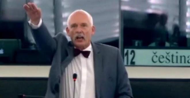 El eurodiputado polaco Korwin-Mikke, en el momento en que realiza el saludo nazi.