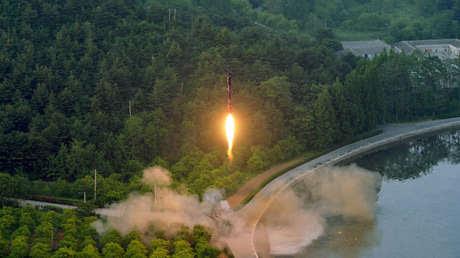 Una imagen ilustrativa de un lanzamiento de un misil balístico en Corea del Norte.