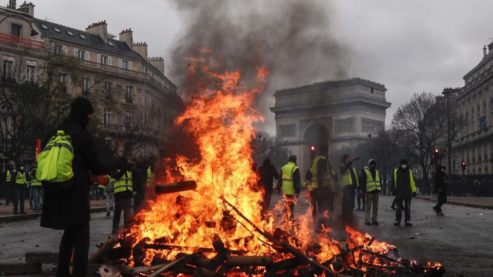 Una barricada cerca del Arco de Triunfo.