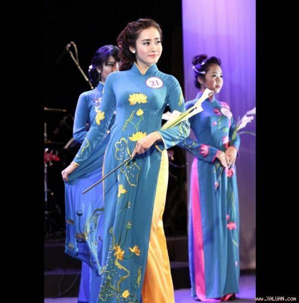 Ket Ke Son (21 tuổi) là một hot girl lai mang hai dòng máu Việt - Lào. Cha Ke Son là người Việt nhưng cô lại sinh ra và lớn lên tại Lào